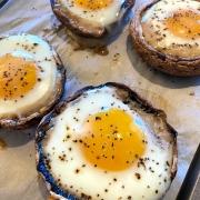 baked eggs in portobello mushrooms